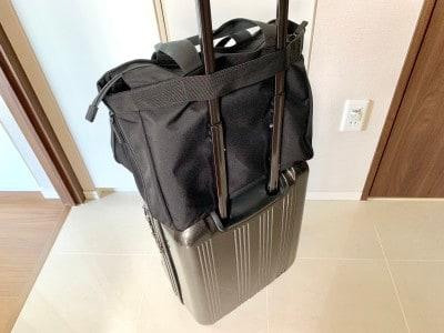 スーツケースの持ち手の部分にしっかりと固定できる箇所がある