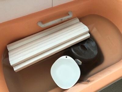 お風呂の残りに洗浄剤を入れて、洗面器や椅子などをつけておくだけ。