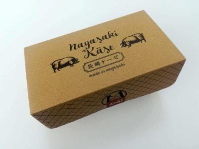 豚のイラストが描かれた茶色の箱。シンメトリーなデザインが伝統を物語ります