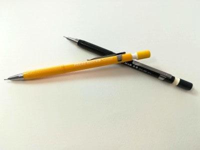 速記用シャープペンとして開発された、プラチナ万年筆の「プレスマン」。ブラックは旧モデル、イエローは新モデル。リニューアルの際に、ロゴのデザインが刷新されました