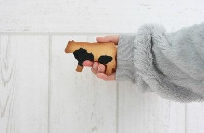子供の手と牛サブレ