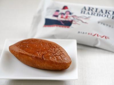ありあけ「横濱ハーバーダブルマロン」は船の形をしたマロンケーキ。栗あんの中には刻んだ栗が入っています