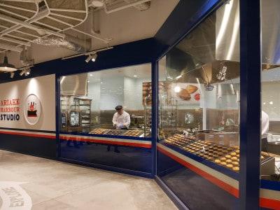 横浜ハンマーヘッド内にオープンした「ありあけハーバースタジオ」でも焼きたてハーバーを提供