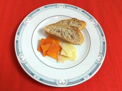 オレンジ色のミモレットは、フランス産のセミハードタイプのチーズ。カラスミのようなちょっとクセのある味わいで、ほのかに甘い香りもします