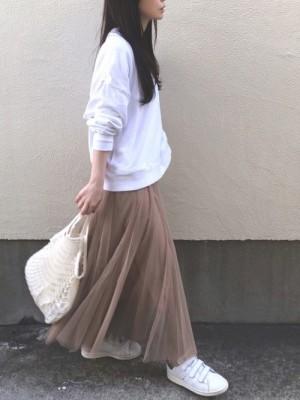 チュール素材のガーリーなロングスカートを大人にまとめてくれる 出典:WEAR