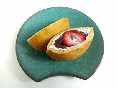「伊都きんぐ」の人気商品「どらきんぐ生」。あまおう苺が、丸ごと1粒入っています