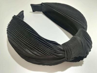 H&Mの「ノットディテールカチューシャ」布張りのワイドカチューシャで、トップに結び目のディテールが施されています