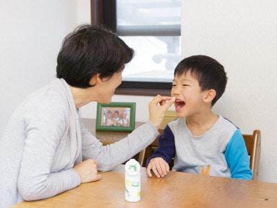 mogを食べる子供