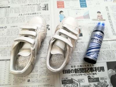 お手入れする前の白いスニーカー。全体に薄汚れています