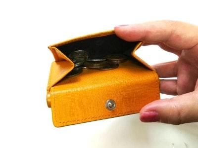 小銭入れはフラップスナップで開閉します。まちがたっぷりあるので、たくさん入ります
