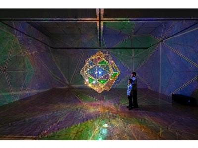 オラファー・エリアソン《太陽の中心への探査》2017年  「オラファー・エリアソン ときに川は橋となる」展示風景(東京都現代美術館、2020年) 撮影:福永一夫  Courtesy of the artist and PKM Gallery, Seoul © 2017 Olafur Eliasson