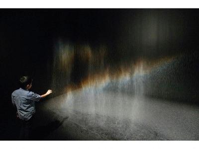 オラファー・エリアソン《ビューティー》1993年 「オラファー・エリアソン ときに川は橋となる」展示風景(東京都現代美術館、2020年) 撮影:福永一夫  Courtesy of the artist; neugerriemschneider, Berlin; Tanya Bonakdar Gallery, New York / Los Angeles © 1993 Olafur Eliasson