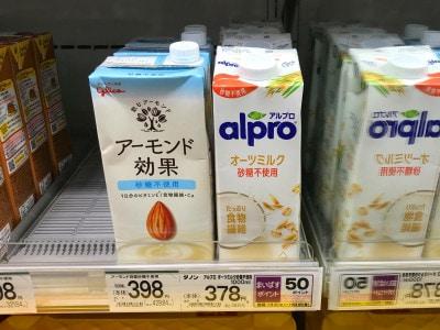 豆乳やアーモンドミルクとともに、身近なスーパーでも販売されているオーツミルク