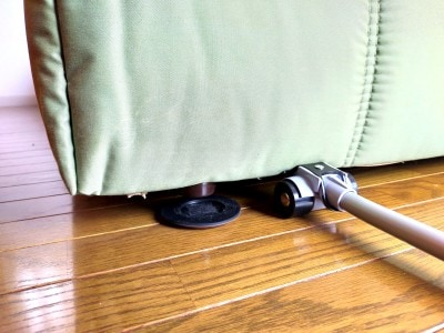 リフターを併用すると、家具と床の間にカグスベールを簡単に滑り込ませることができる