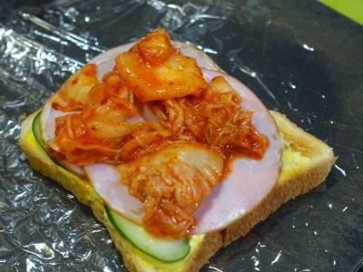 お弁当にする場合はキムチは水気がなくなるまでよく絞ってください。