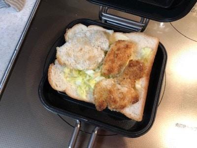 食パンに材料を乗せる