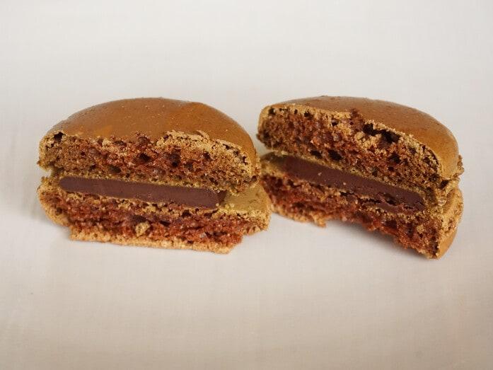 クーベルチュールチョコレートを用いたチョコクリームをサンド