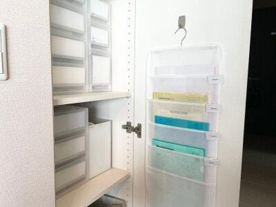 収納庫の扉裏にフックで引っ掛けて使用